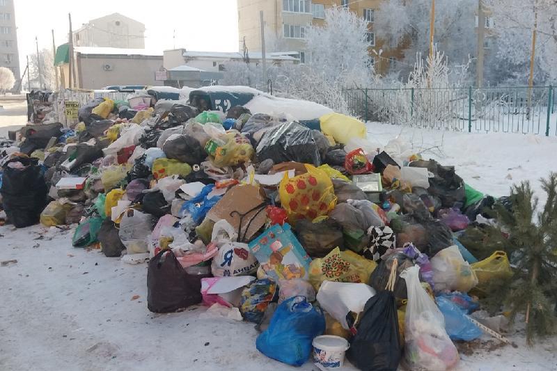 Ақсай қаласында қоқыс контейнерлері уақтылы тазартылмай отыр