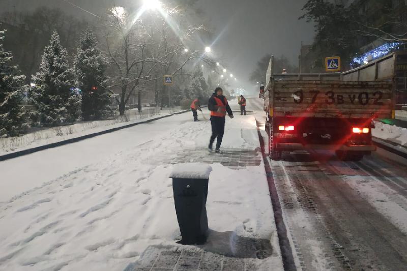На уборку снега в Алматы вышли более 2 тысяч рабочих