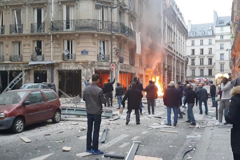 При взрыве в центре Парижа погибли двое пожарных