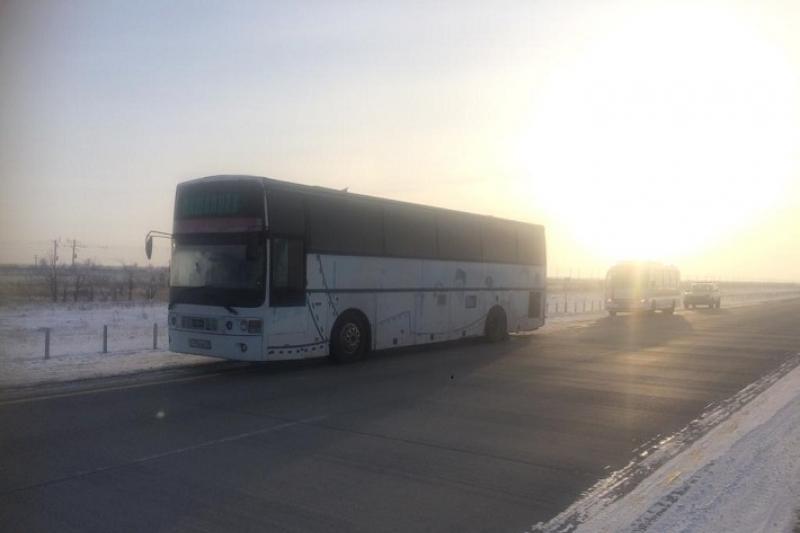 Автобус с узбекистанцами сломался на трассе в Павлодарской области