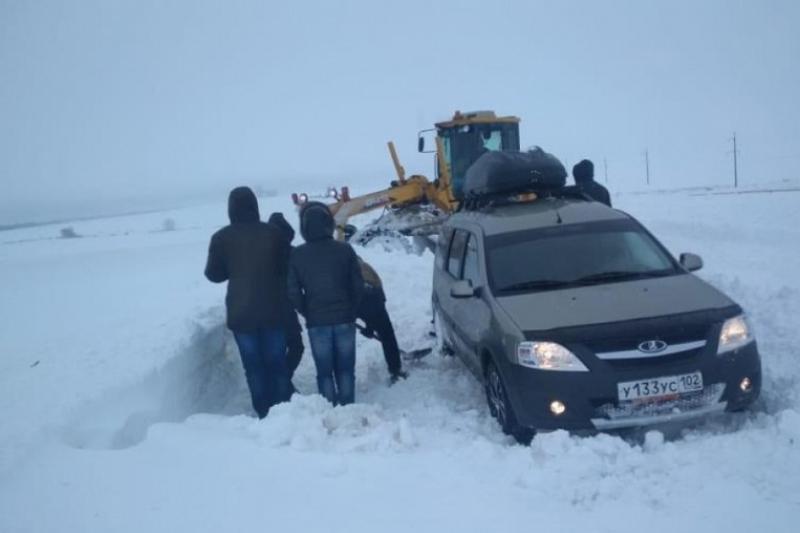 7 автомобилей вытащили спасатели из снежного плена в ЗКО