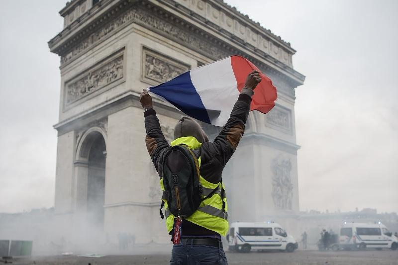 32,000 turn out for new round of «yellow vest» protests in France