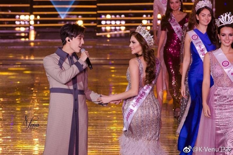 Dimash Qudaibergen sings at Chinese fashion week opening ceremony
