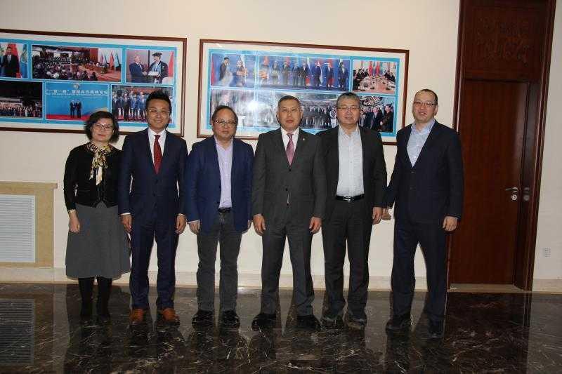 哈萨克斯坦驻华大使同中国天辰公司副总经理会面