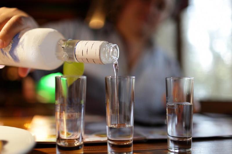 За распитие алкоголя на работе могут уволить костанайского чиновника