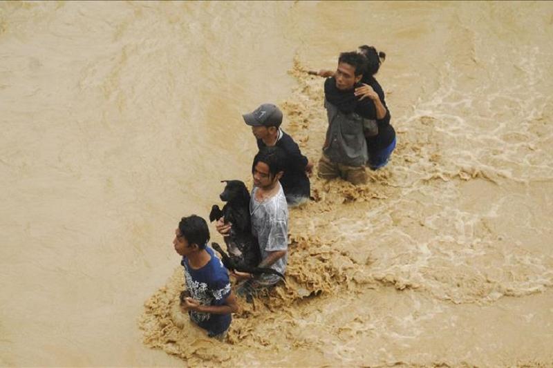 印尼洪灾和山体滑坡致8人死亡 数千人被疏散