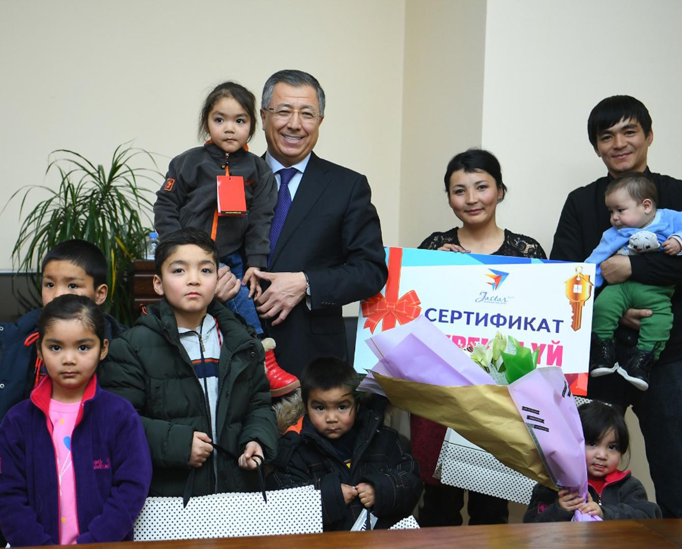 哈萨克斯坦最年轻英雄母亲获政府奖励新居