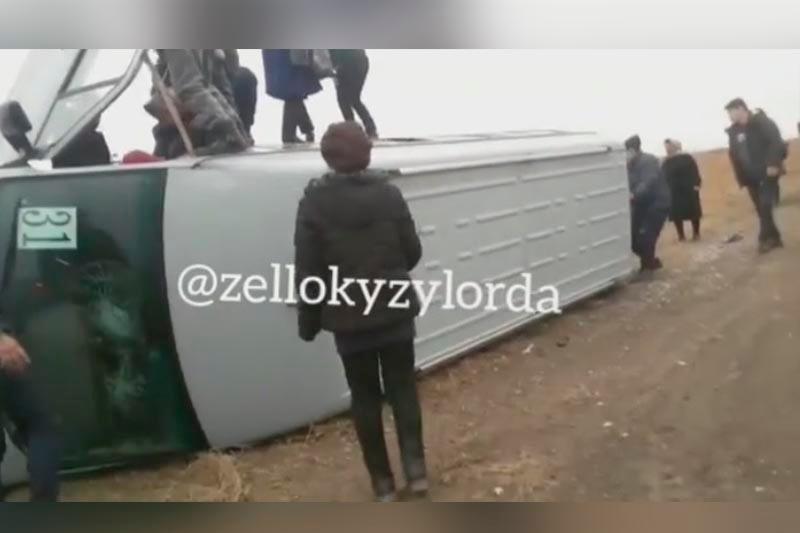 Қызылордада көктайғақта 15 жолаушысы бар автобус аударылып қалды