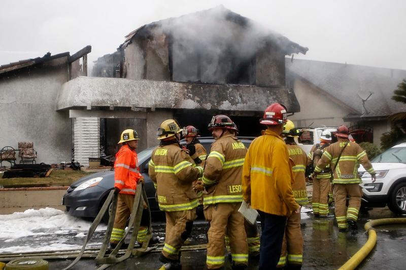 美国加州一架小型飞机坠毁 造成2死2伤