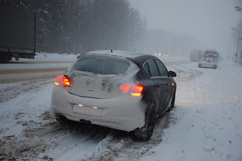 Акмолинские полицейские помогли водителю и пассажирке сломавшегося на трассе автомобиля