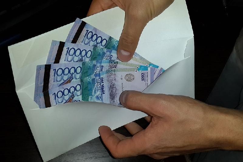 Экс-главу управления здравоохранения Алматы подозревают в даче взятки