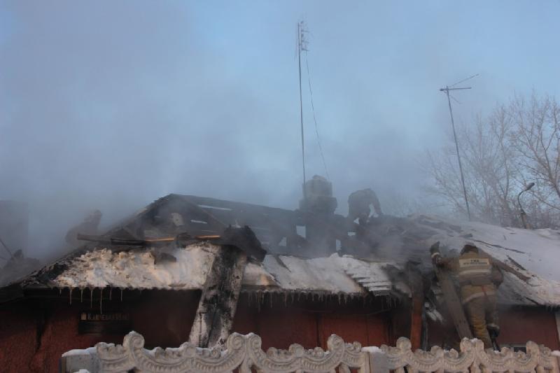 Спасатели эвакуировали ребенка из горящего дома в Караганде