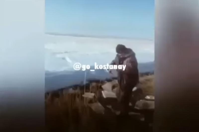 «Черпаем вёдрами»: видео с набирающими у дороги спирт костанайцами позабавило Сеть