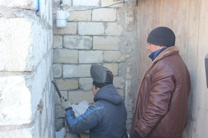 Ақтөбелік жастар қыста тоңып отырған мұқтаж отбасылардың үйіне газ кіргізіп берді