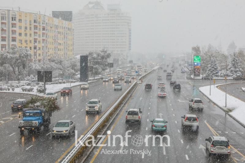 Алматинцев просят быть осторожными за рулем из-за снега и гололеда