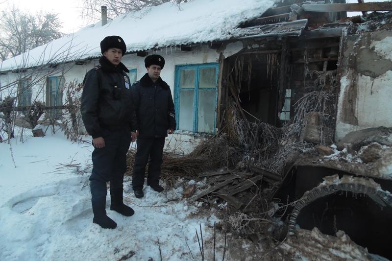 Мужчину с ограниченными возможностями спасли полицейские при пожаре в Павлодарской области