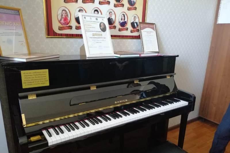 迪玛希美国粉丝俱乐部为歌手母校赠送一架钢琴