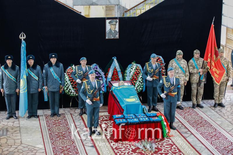 阿富汗战争功勋老兵科热姆巴耶夫遗体告别会在阿拉木图举行
