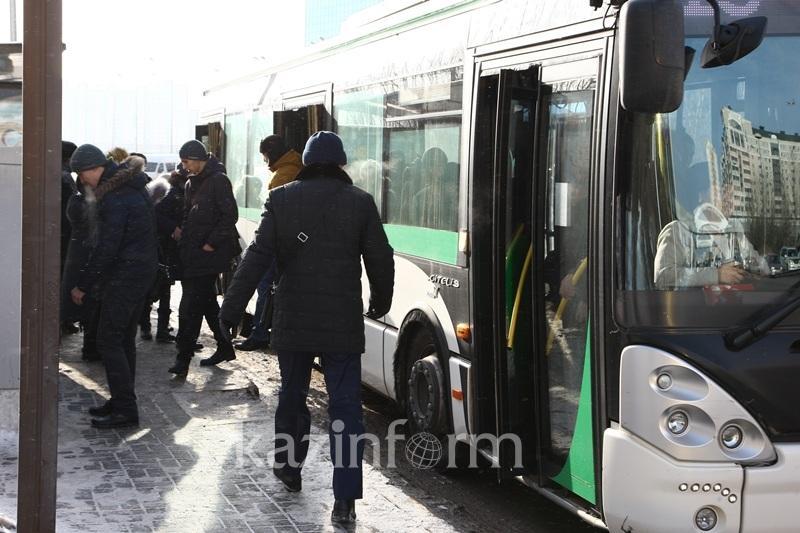Около половины всех казахстанцев добираются до работы на общественном транспорте