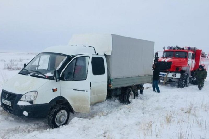 «Газель» вызволяли из снежного заноса в Атырауской области