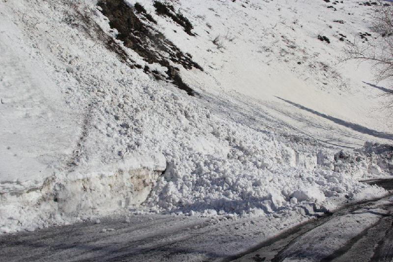 Из-за спуска лавин временно перекрыли трассу в ВКО