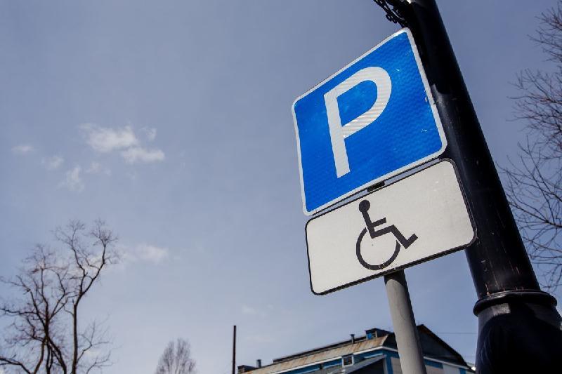 12 акмолинцев наказаны за парковку на местах для инвалидов