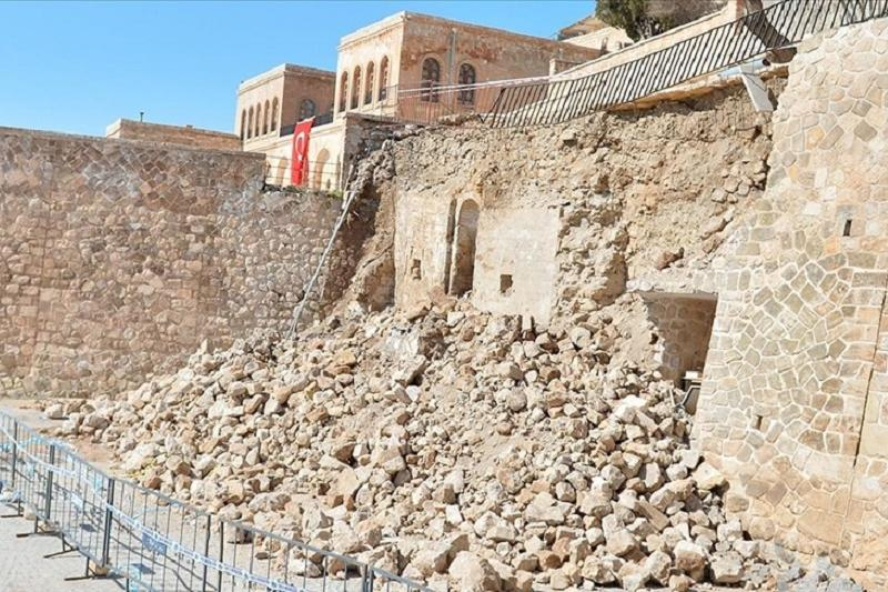 Turkey: Collapsed wall reveals Ottoman-era mosque