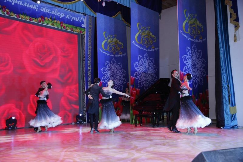 Атырау әкімі нәзік жандарды Халықаралық әйелдер күні мерекесімен құттықтады