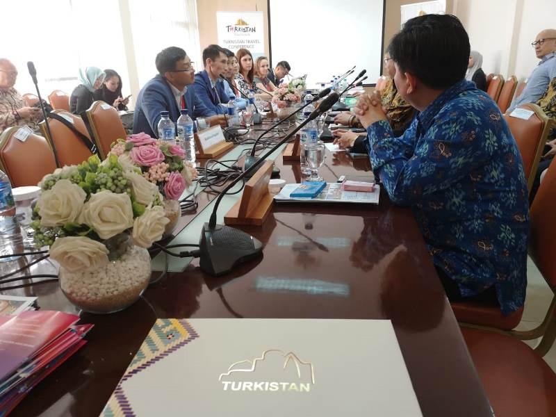 Индонезиялық туристер Түркістанға көптеп келмек