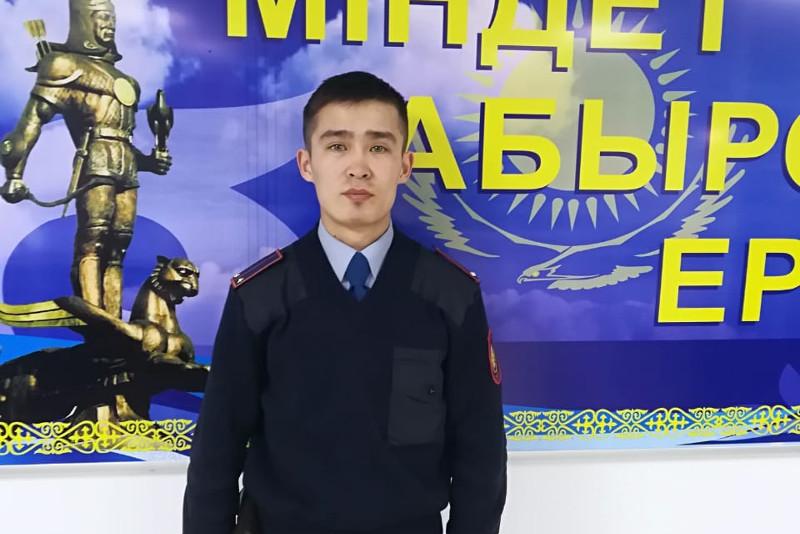 Кызылординский полицейский спас из огня женщину и ребенка