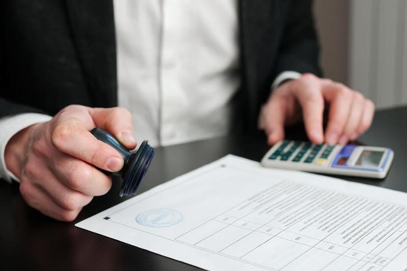Сотрудник банка в Костанае оформлял кредиты на людей без их ведома