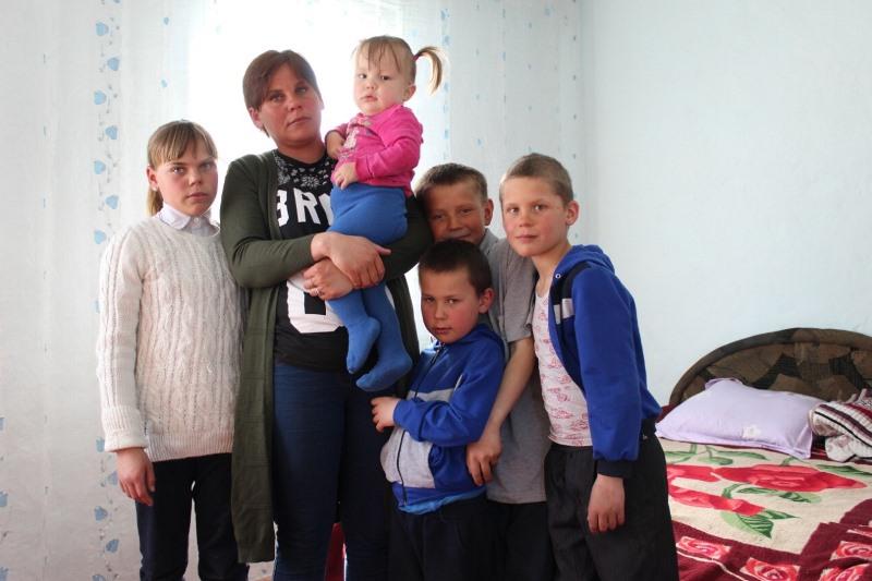 Трем многодетным семьям вручили ключи от квартир в Алматинской области