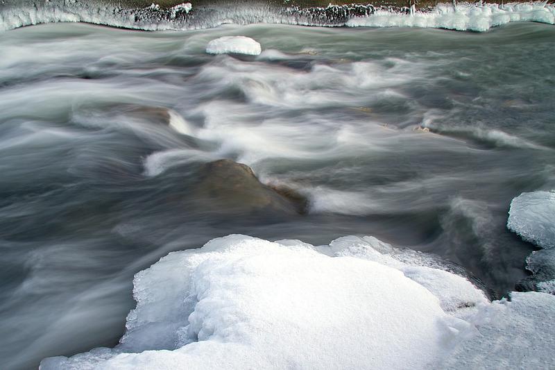 О подъеме уровня воды в реках предупредили жителей трех областей страны