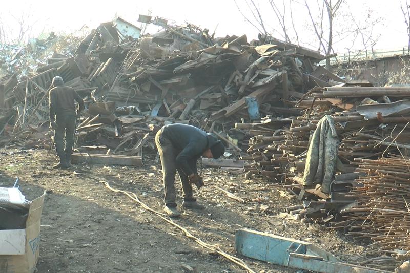 Алматыда бұрын сотталғандар арықтың люктерін ұрлап келген