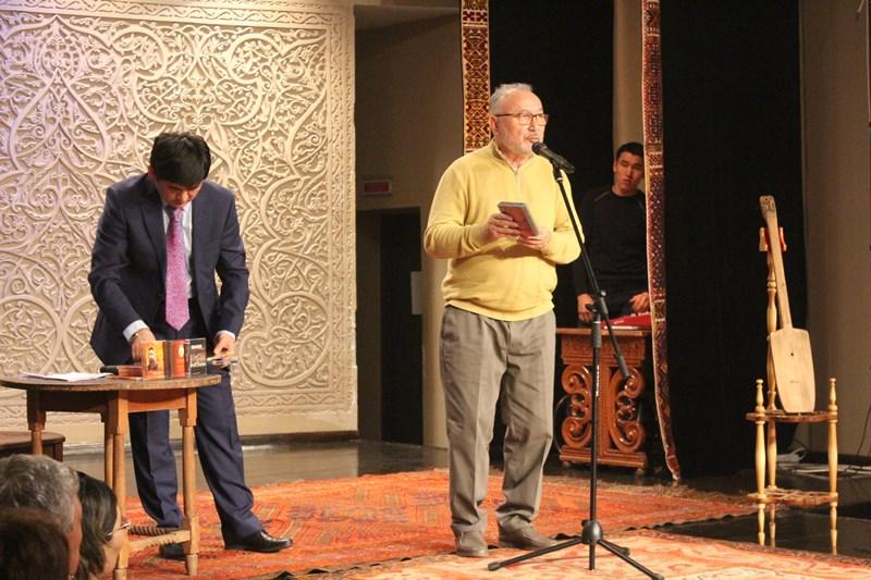 Домбру Шакарима Кудайбердиулы передали в музей музыкальных инструментов в Алматы