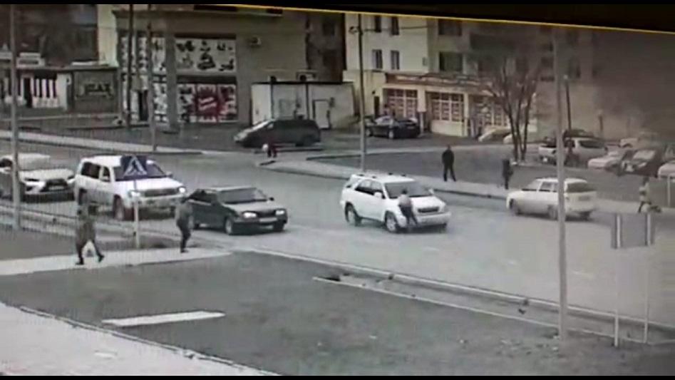 В Атырау на пешеходном переходе Lexus сбил женщину