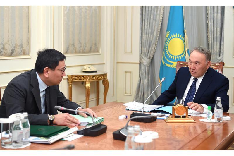 首任总统接见央行行长多萨耶夫