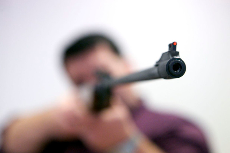 Өскеменде мас адам жасөспірімді винтовкамен атып жаралады