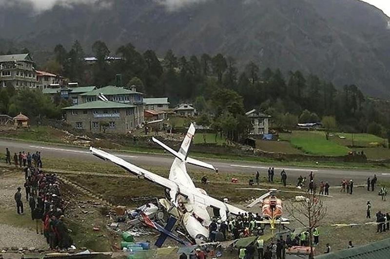 尼泊尔一架飞机与直升机相撞2人死亡