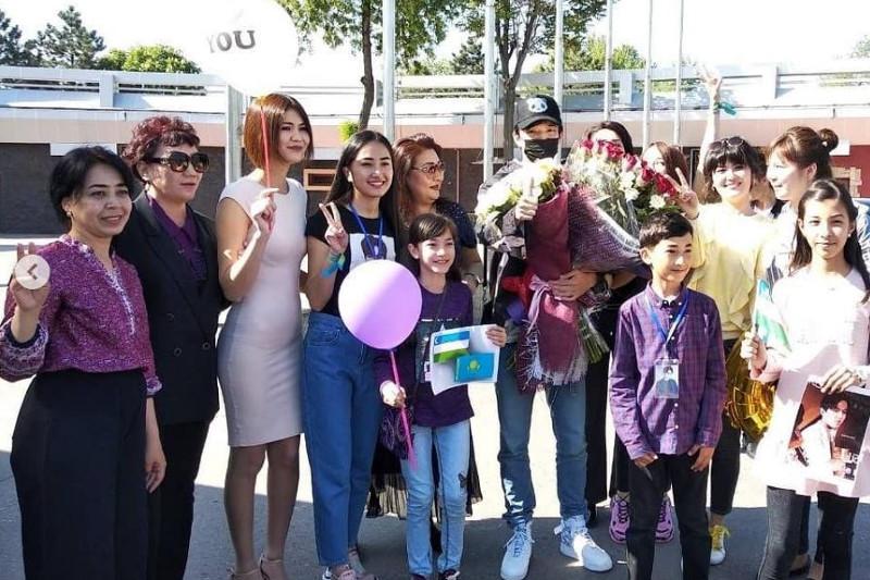 Поклонники Димаша Кудайбергена разместили фото со встречи в Узбекистане