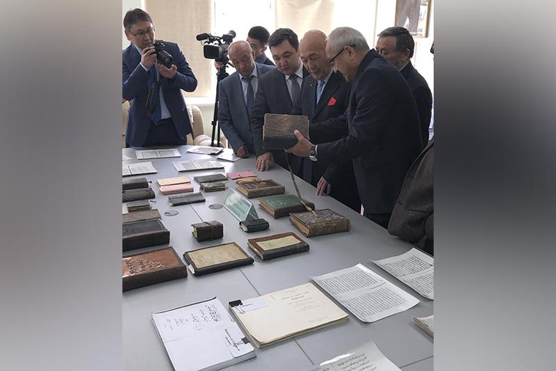 Новое издание эпоса «Манас» презентовали в Бишкеке