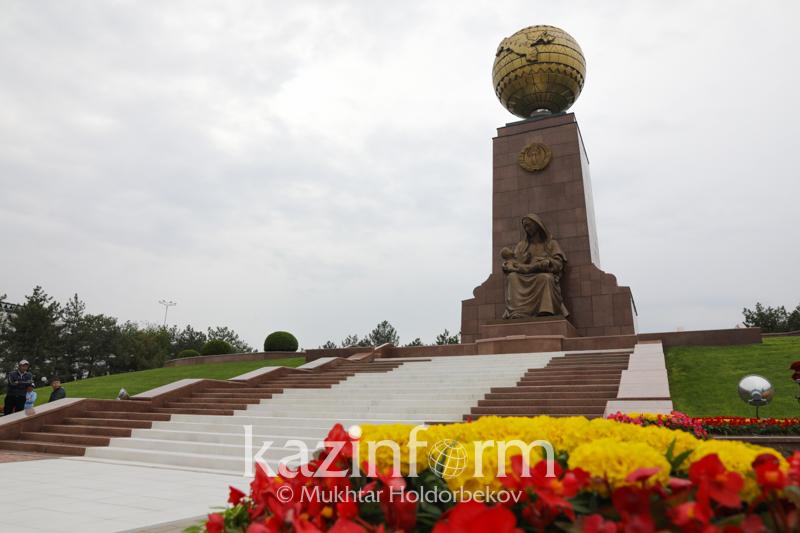 哈萨克斯坦总统向独立和人道主义纪念碑献花