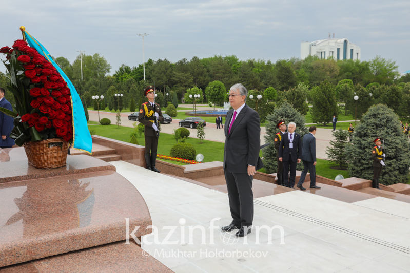 Kazakh President laid flowers to Independence and Humanism Monument in Tashkent