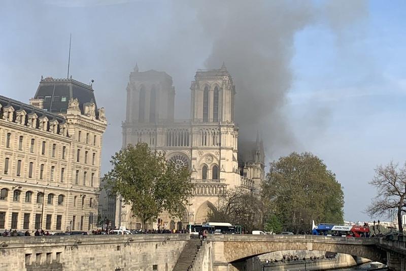 Парижде Нотр-Дам шіркеуі өртеніп жатыр