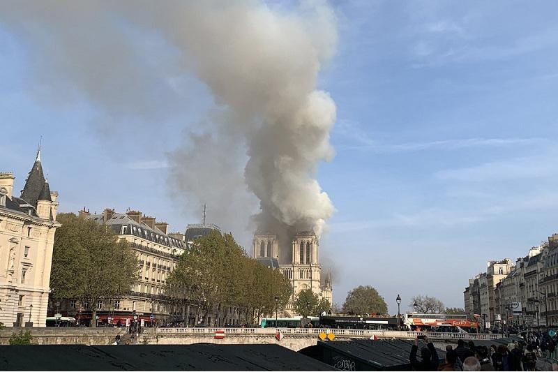 Это трагедия - Макрон, Меркель, Трамп о пожаре в соборе Парижской Богоматери