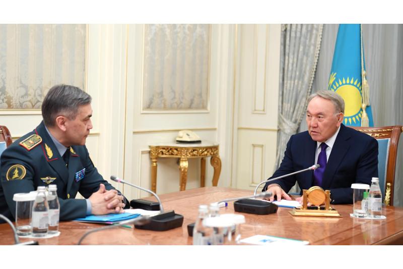 首任总统接见国防部部长叶尔梅克巴耶夫