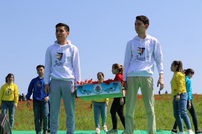 Молодежь Туркестанской области подарила 1000 тюльпанов столице