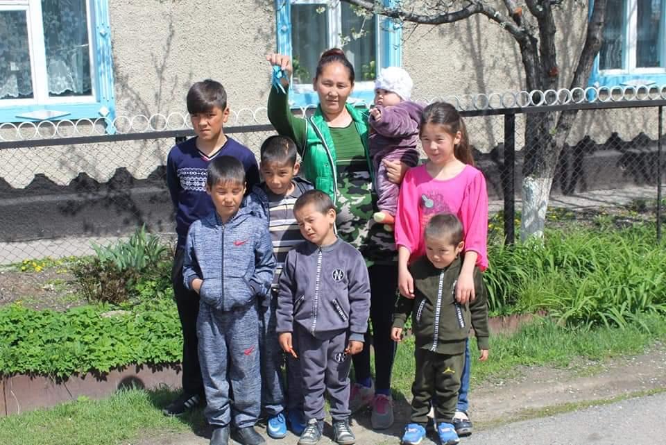 Алматы облысында компания 7 балалы анаға үй алып берді