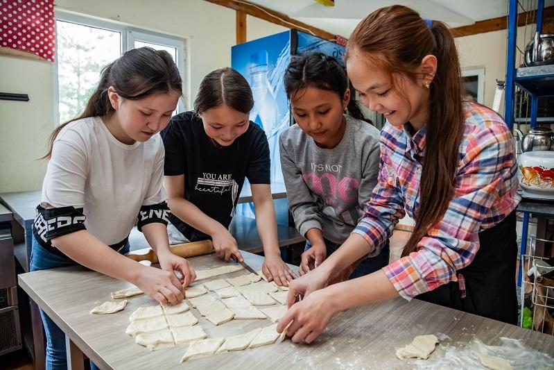 Воспитанники детских домов Алматы состязались в выпечке баурсаков