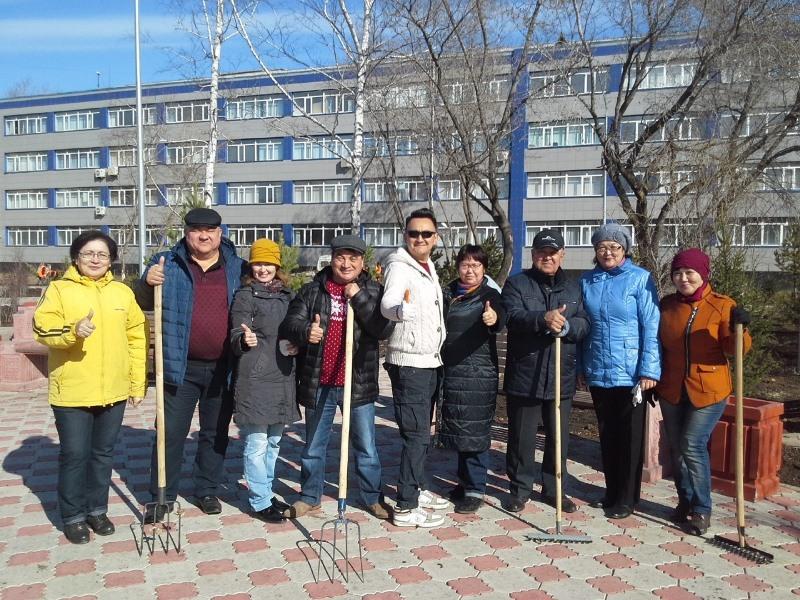 Аким Кокшетау посадил сосны в студенческом парке областного центра